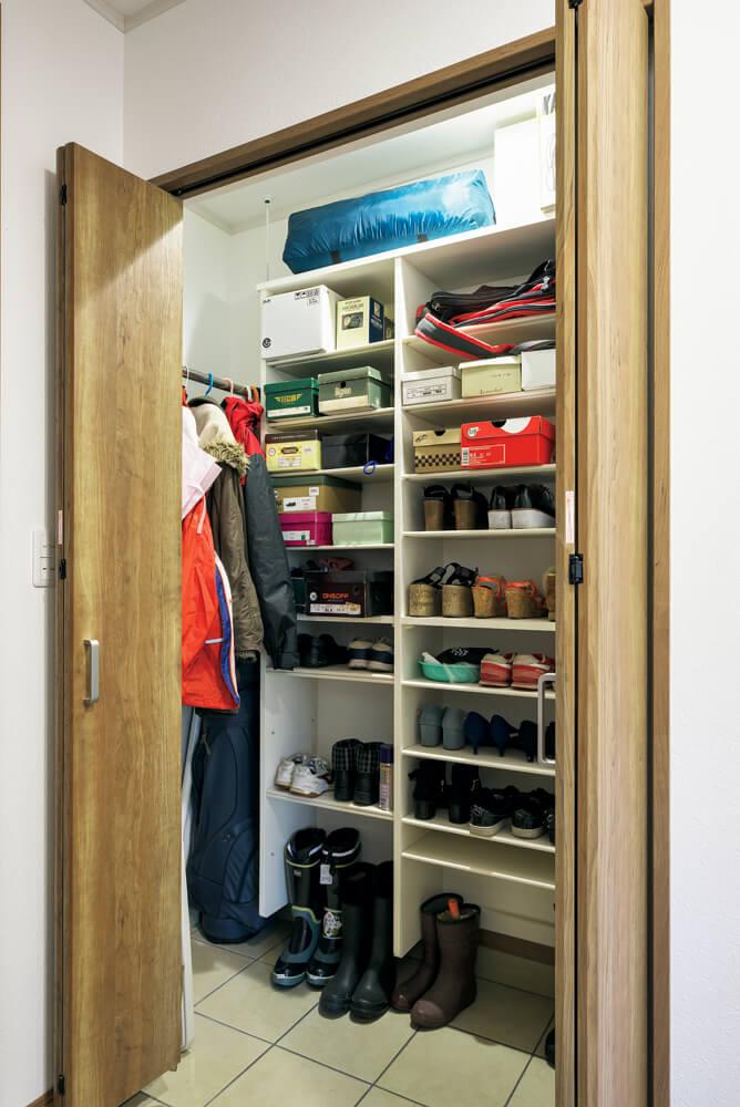 シューズボックスとハンガーポールを備えた玄関収納。床暖房が入っているので濡れた靴やコートも乾きやすい