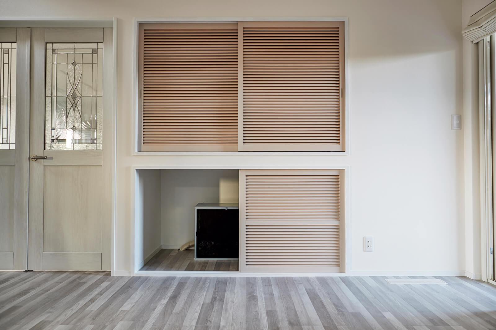 「エアボレー」の室内機は、リビングの収納下部に設置。部屋に露出する部分もなく、音も静か