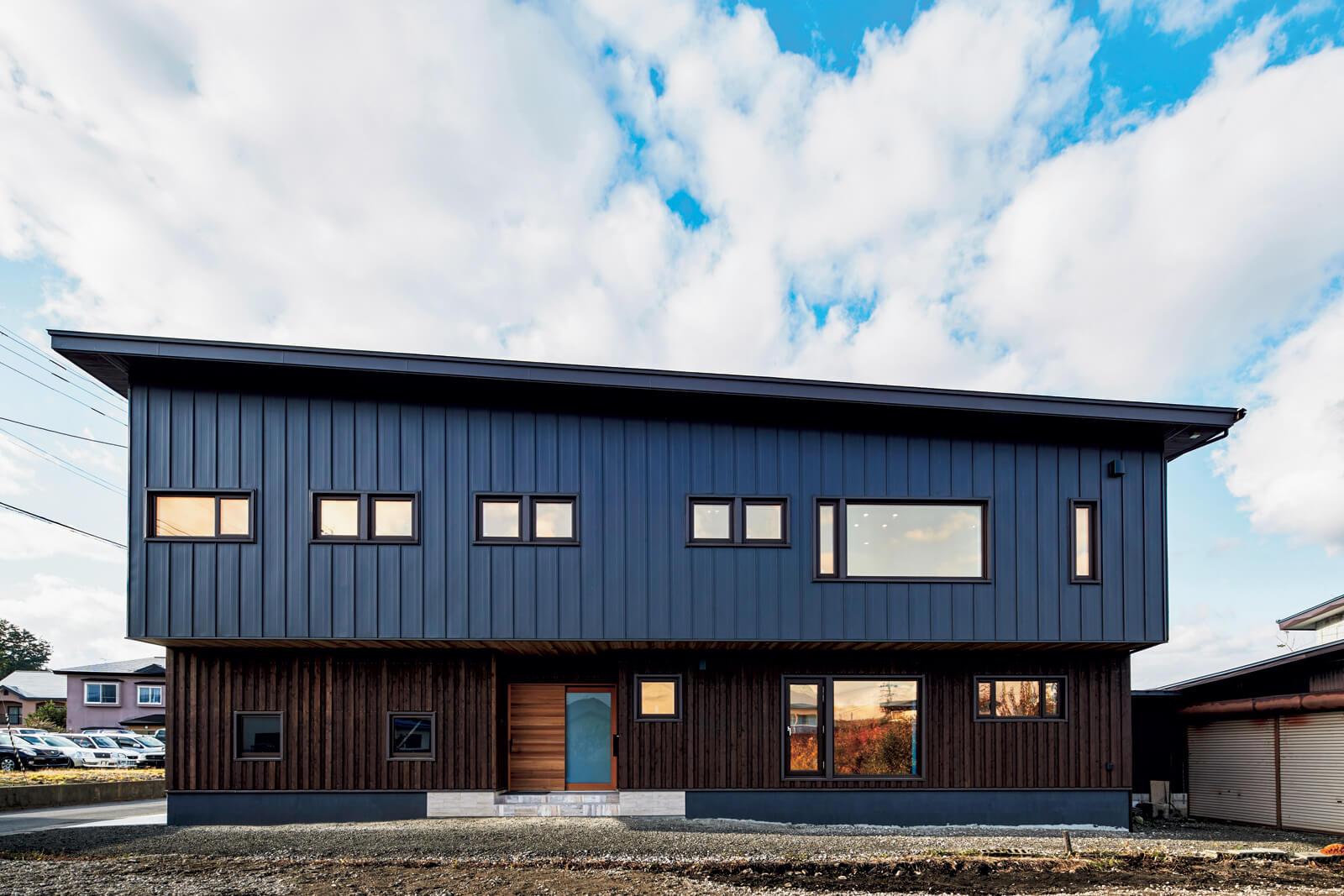 2階のガルバリウム鋼板と1階のスギ板張りの対比が美しい外観。2階リビングの大窓も印象的