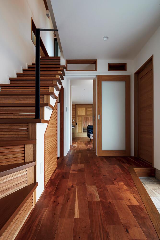 玄関からフラットに続く1階の お母さんが暮らすスペース