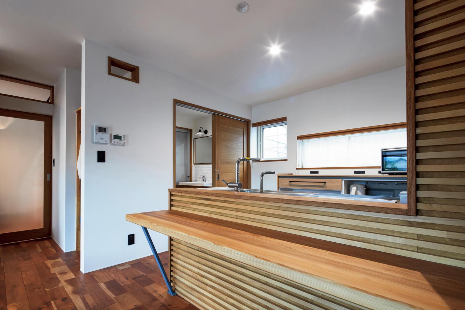 1階のキッチンカウンターには、スギの1枚板が使われている