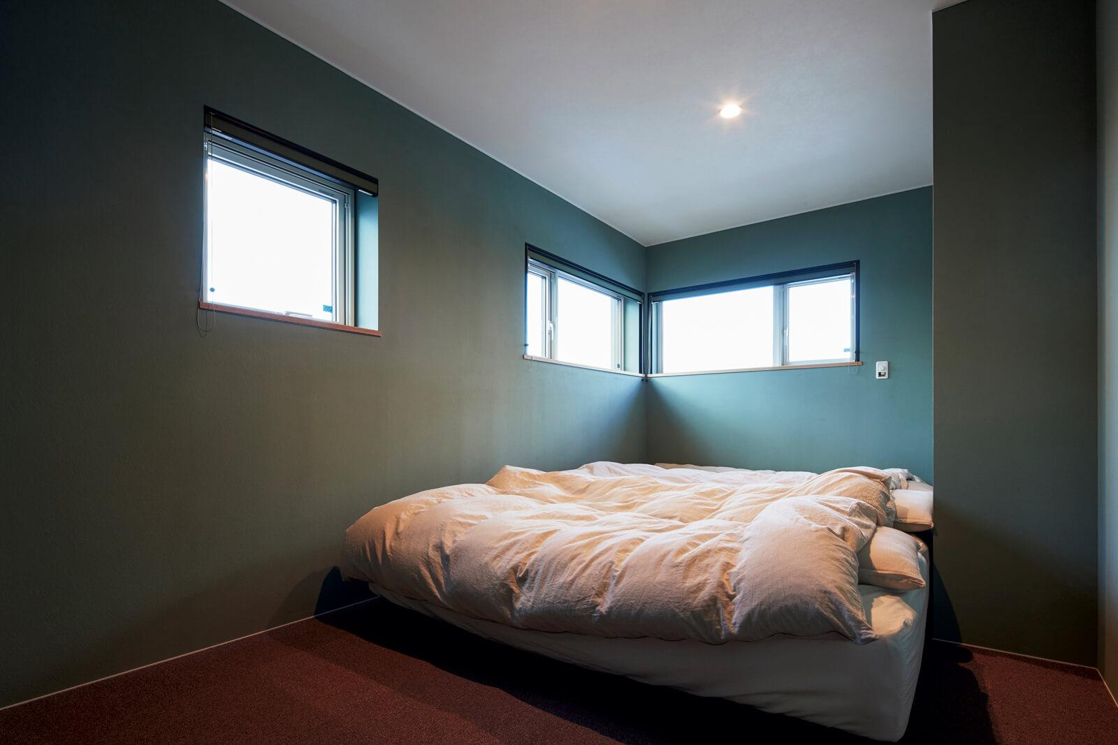 ブルー系のクロスで洗練かつ落ち着いた雰囲気を演出している寝室