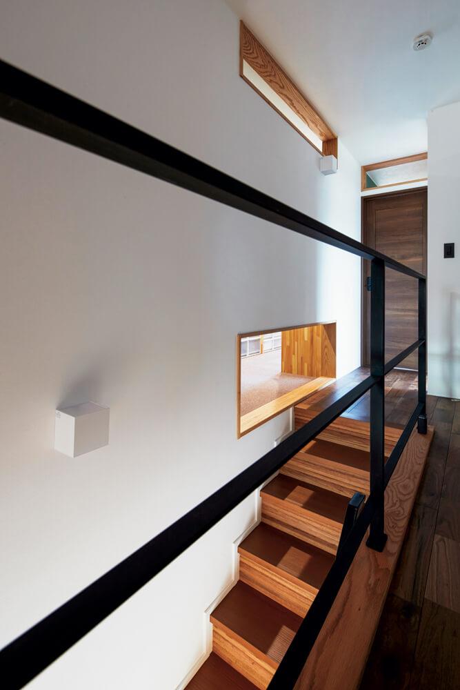空気の流れを考慮し、階段まわりにも廊下と居室の間に通気口を開けている