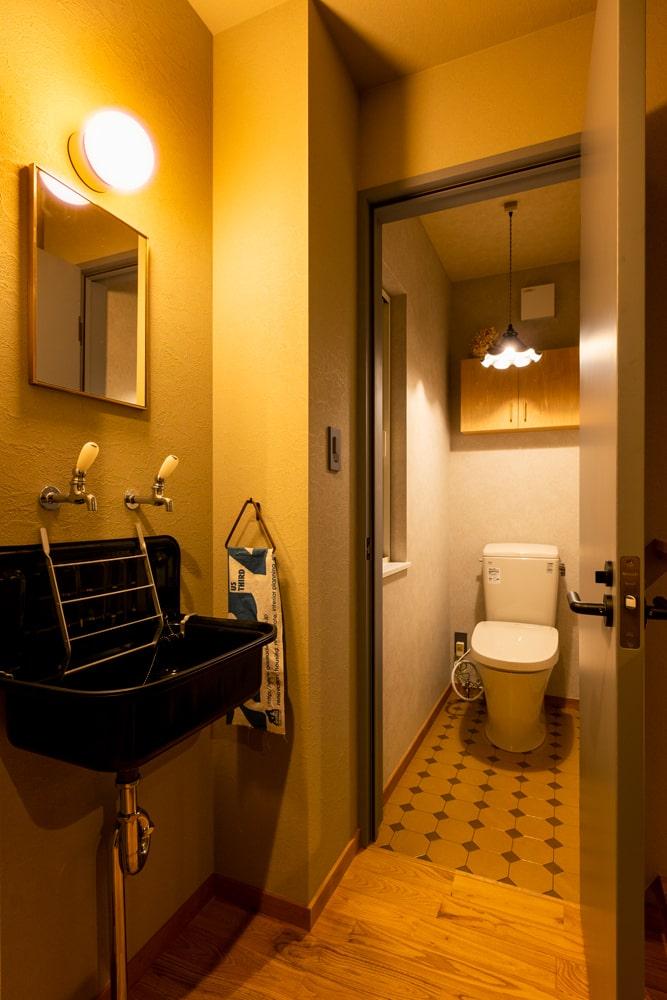 照明や水栓金具、トイレの床のデザインなど、ディテールにビンテージ感が宿る
