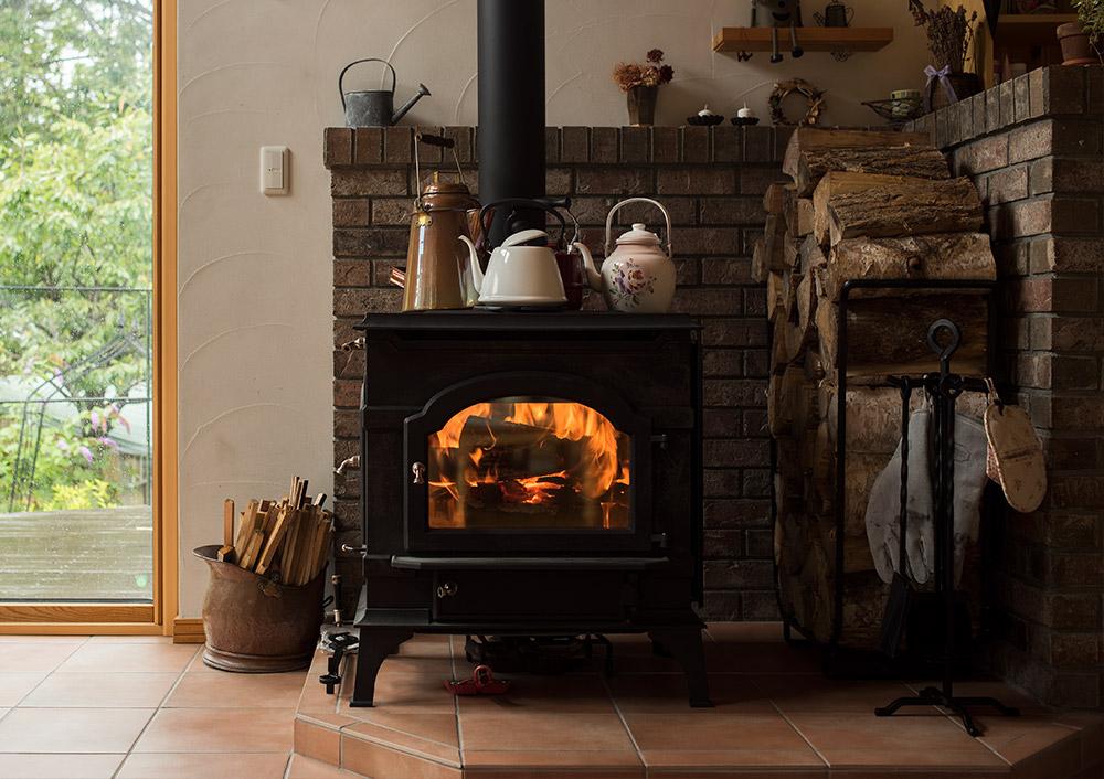 やかんや鍋を置いて、煮炊きに使えるのも薪ストーブの魅力