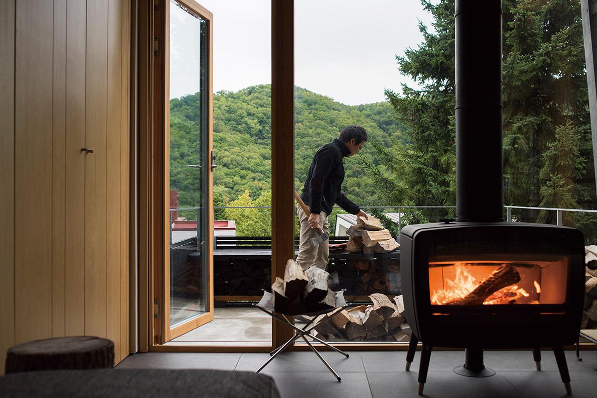ガラス面が広くすっきりしたストーブは、炎を楽しむのに最適