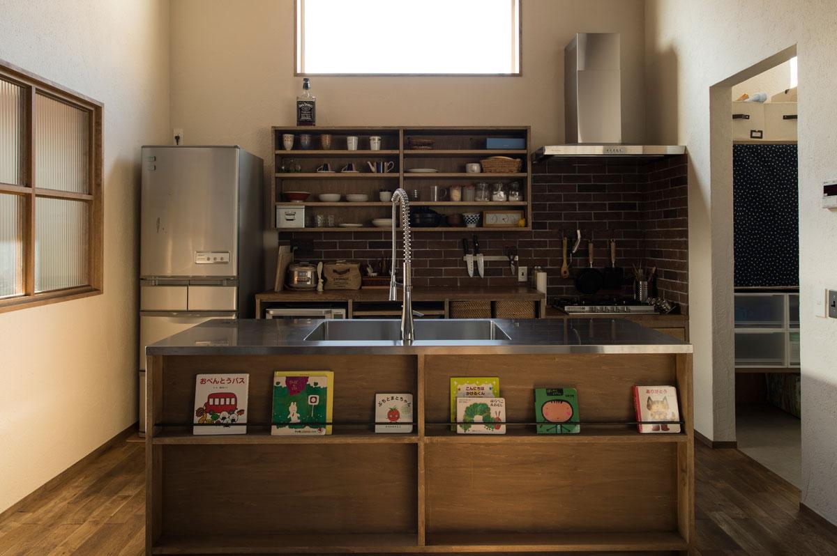 カウンター下をマガジンラックに。見せる収納がキッチン空間と気持ちよく調和