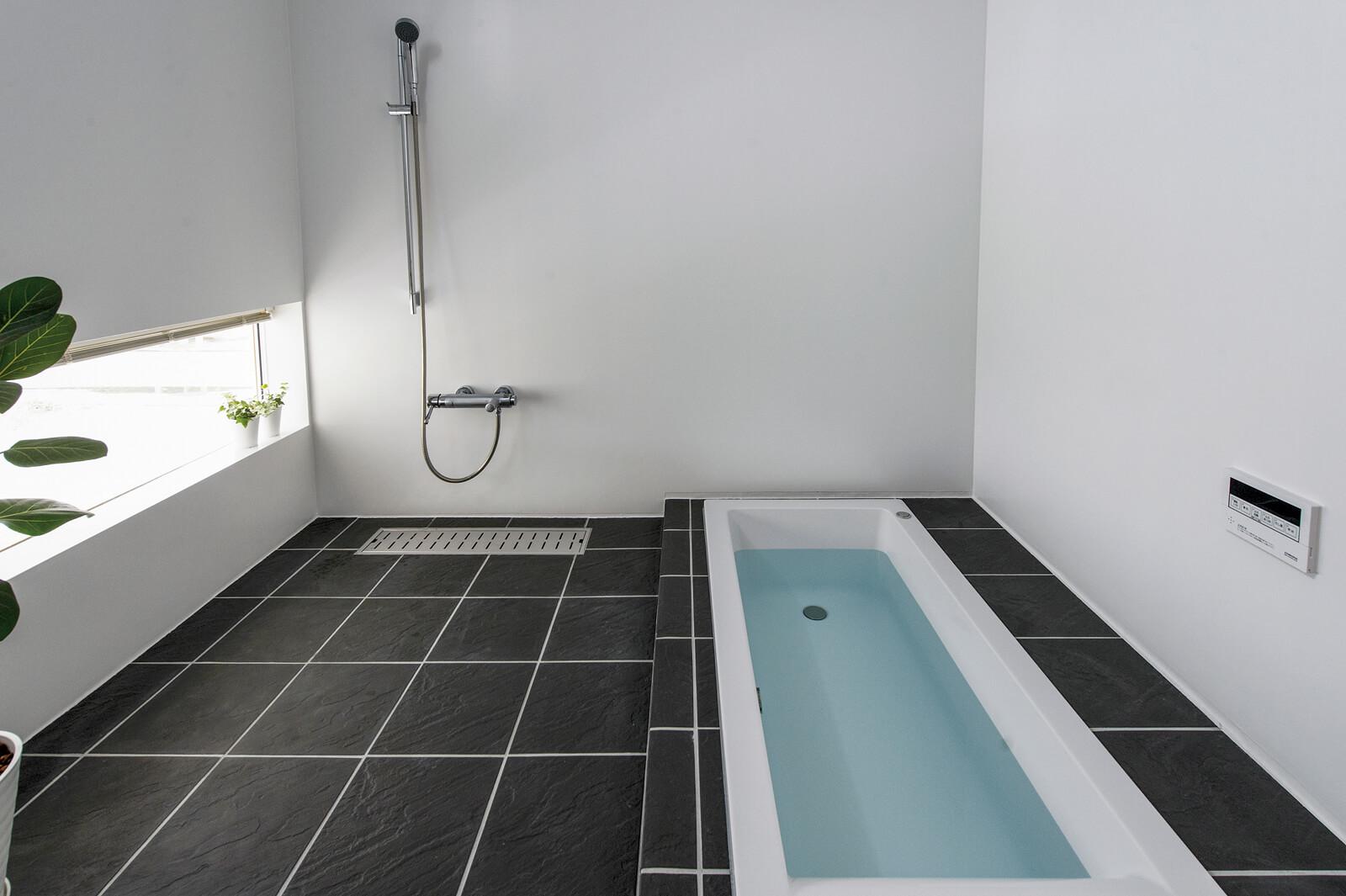 2階ロフト上のフロアは、寝室と浴室、トイレを備え、独立した空間として使用できる