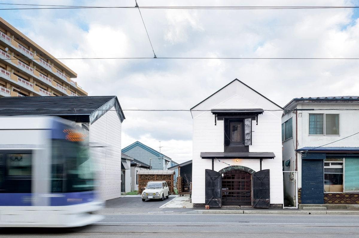 電車通りに建つ築111年の蔵をリノベーション。既存の姿を生かした外観は、街並みにしっくりと馴染む