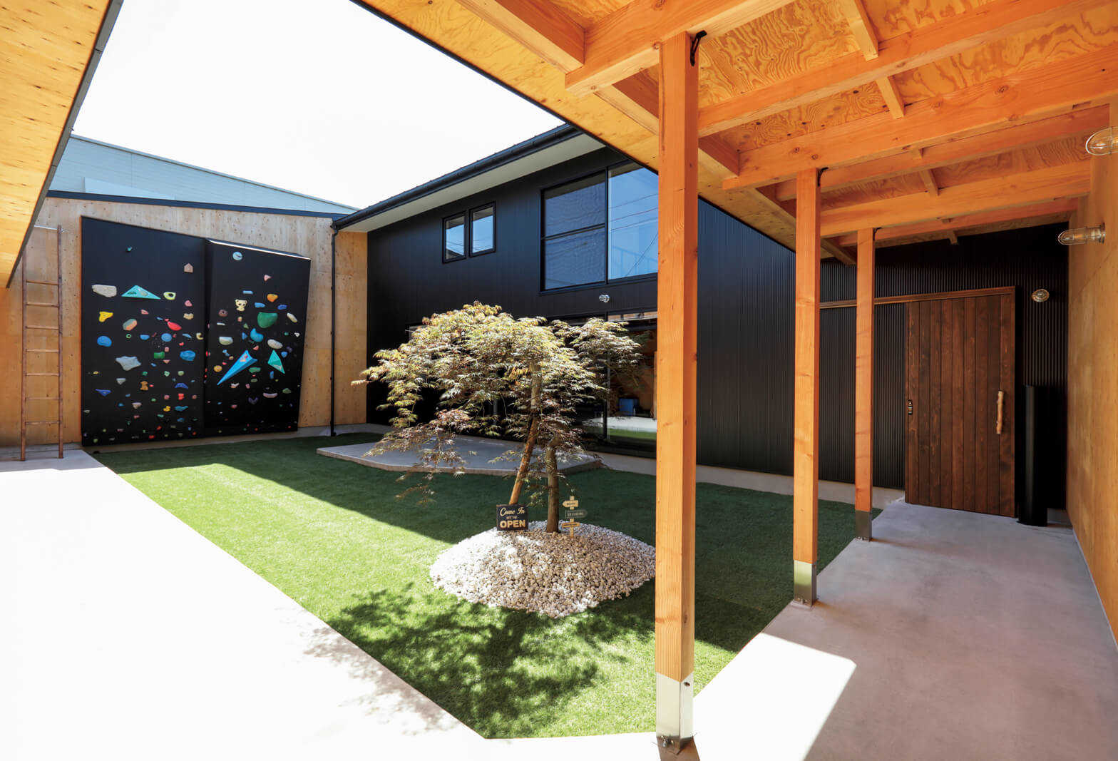 四方を建物や壁で囲まれた中庭。春から秋にはバーベキューや自宅キャンプ、夏にはプール、冬には雪遊びが楽しめる