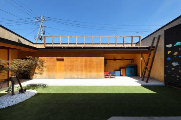 暮らしの営みすべてが自然に外へとあふれていく「大きな中庭」のある家