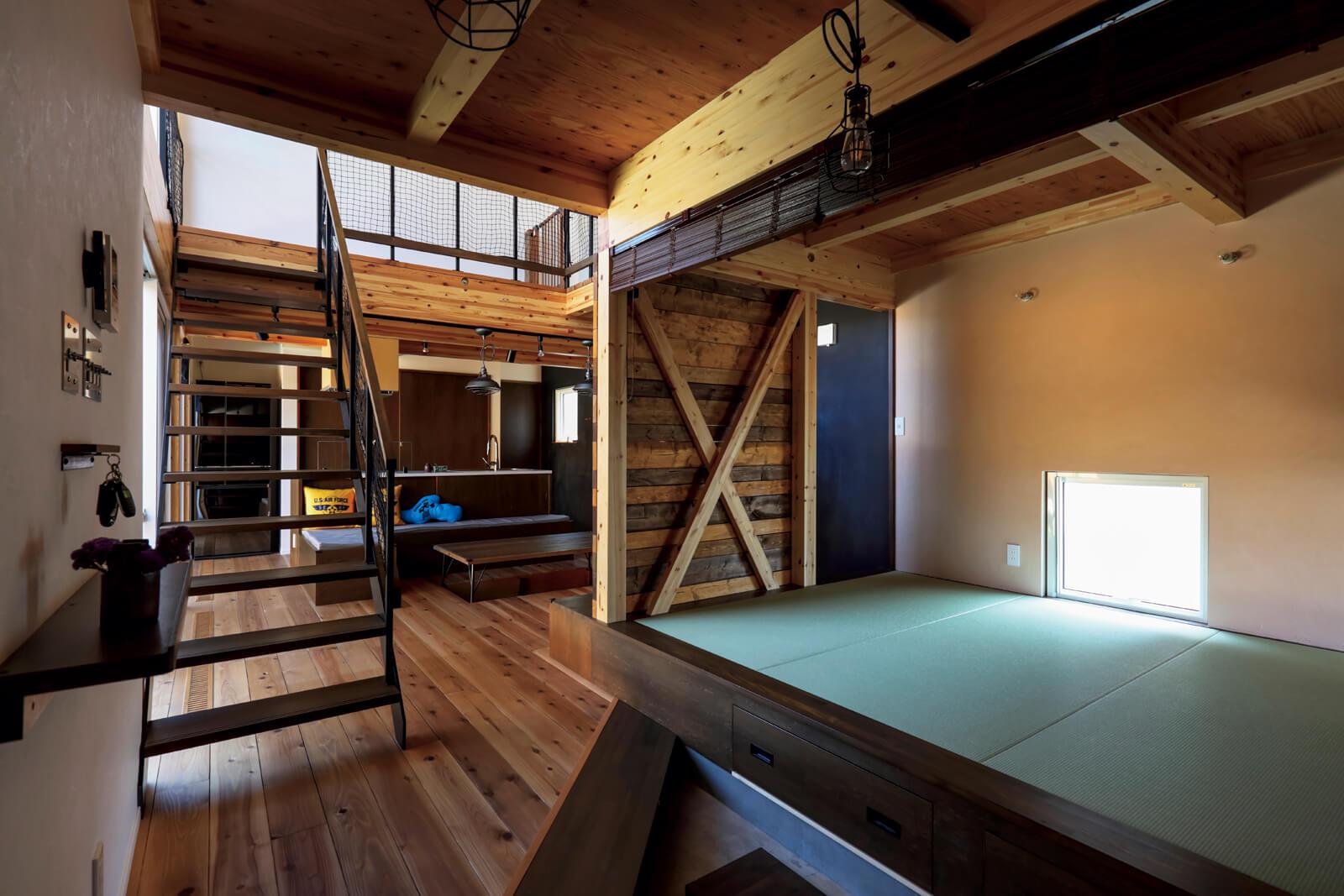 土間玄関から室内を望む。右手には畳スペース、奥にLDKが広がる。暖房は土間蓄熱暖房を採用