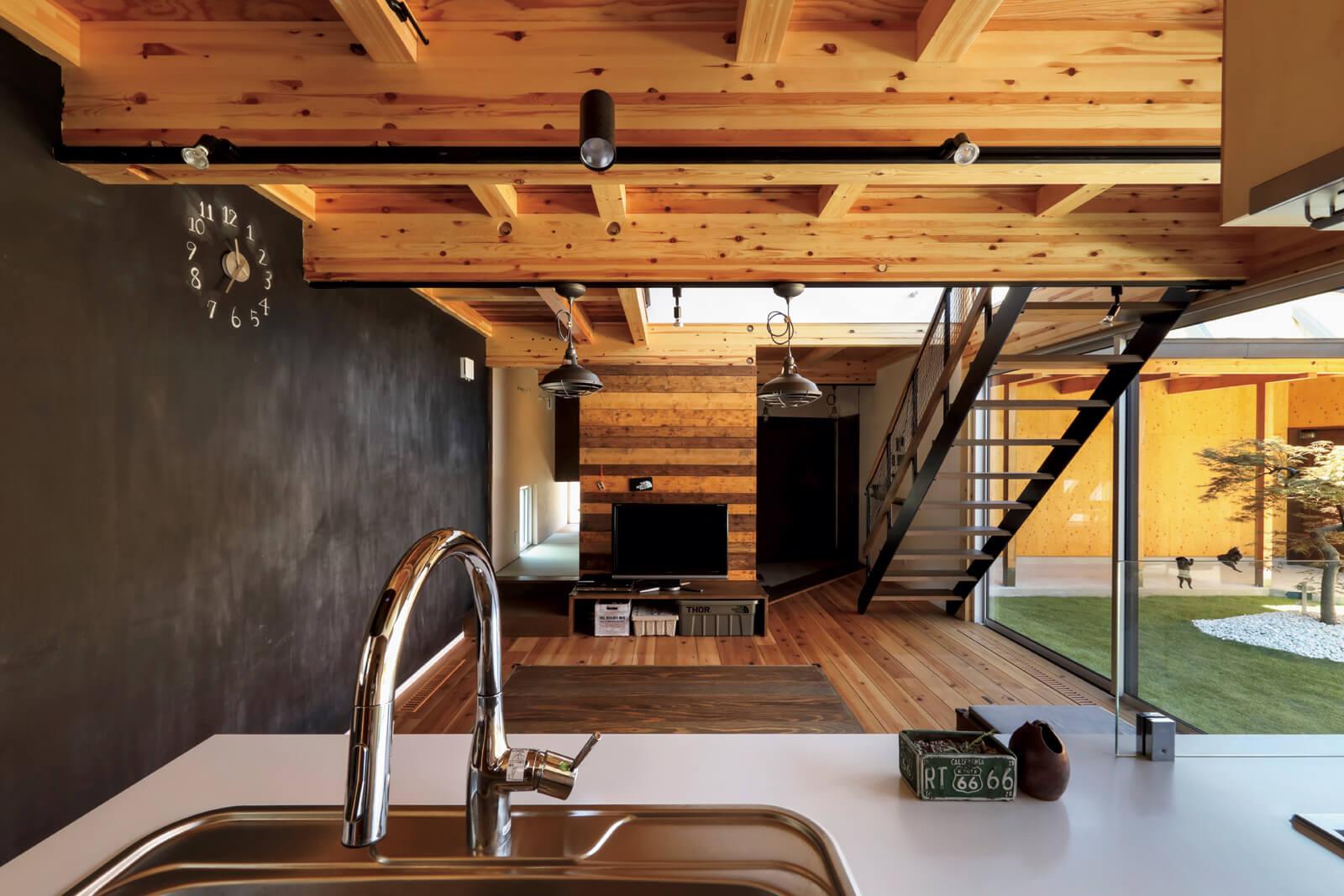 居住空間は生活に必要な要素をコンパクトに凝縮。開放的なアイランド型キッチンをチョイスし、場所を取るソファやダイニングテーブルの代わりに掘りごたつのちゃぶ台を備え付けるなど、限られた空間でも窮屈に見えないよう工夫
