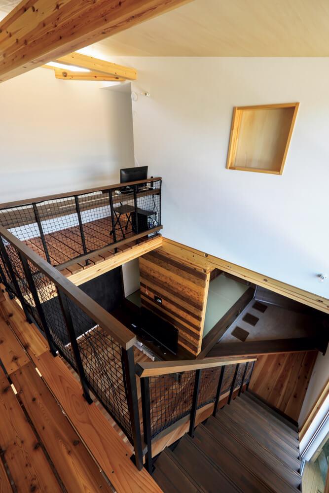 2階ホールからの眺め。黒いアイアンの手すりが空間を引き締めている