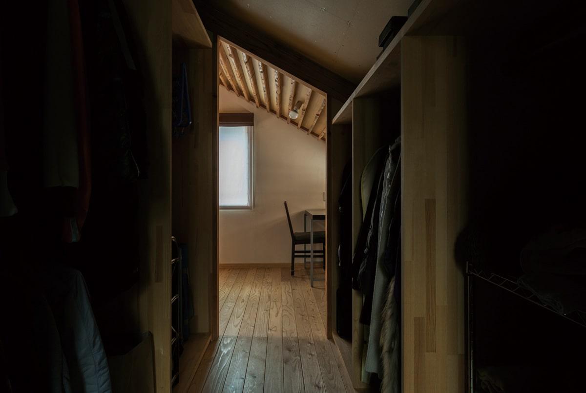 2階の書斎コーナー横に設けた大容量のウォークインクローゼットは、唯一の個室、寝室へも動線がつながっている