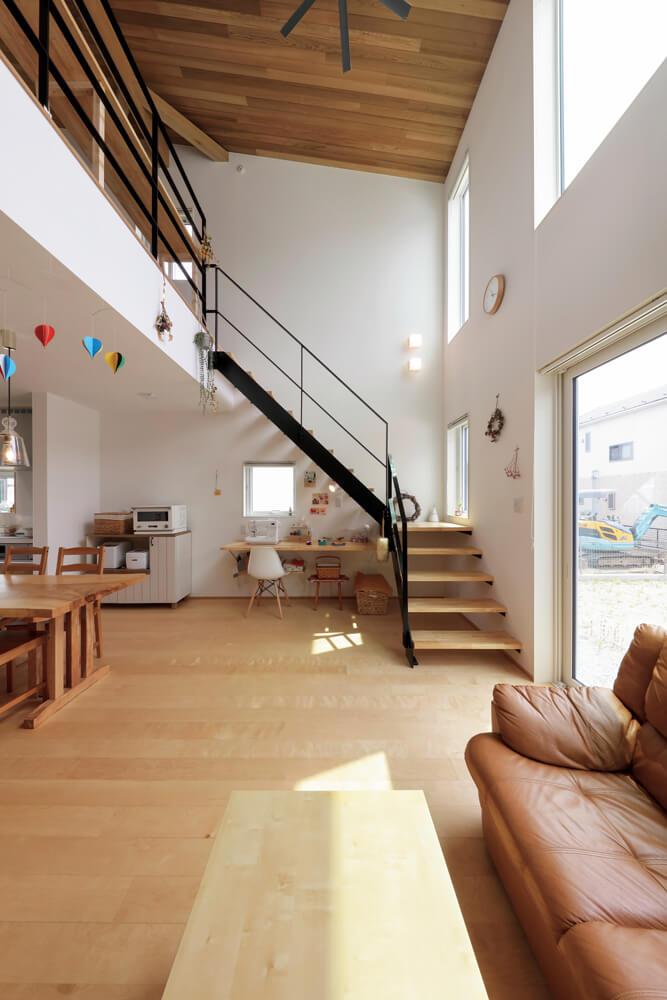 上下の南窓から光と風をたっぷり取り込む開放的な空間デザイン。階段下には、奥さんが手仕事を楽しむワークスペースも