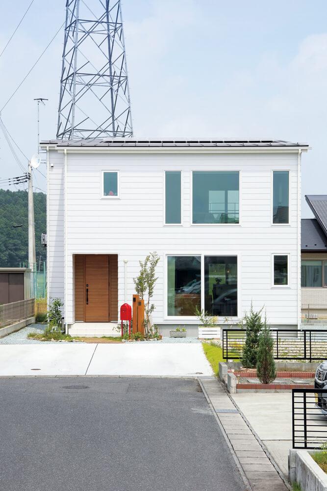 シンプルな外観と白いガルバリウムの外壁が印象的なYさん宅。片流れの屋根には4.32kWの太陽光発電パネルを搭載