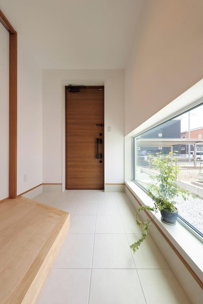 ゆったりした広さの土間を設けた玄関。外がどんなに寒くても室内に入った瞬間から暖かさを実感