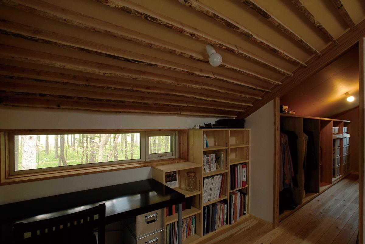 防風林と畑地の四季の彩りを一望する2階の書斎コーナー。この景観が、土地取得の決め手になった