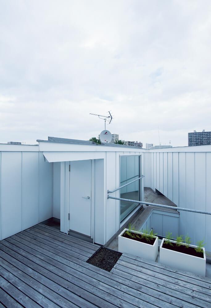 屋上に設けたテラスは、視界を遮るものがないプライベート感あふれる空間