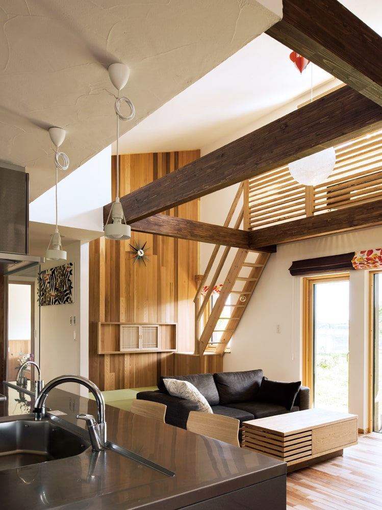 リビングスペースも2人だけの場所。勾配天井を生かして程よく開放感があり、梁の深い色味がアクセントにもなっている