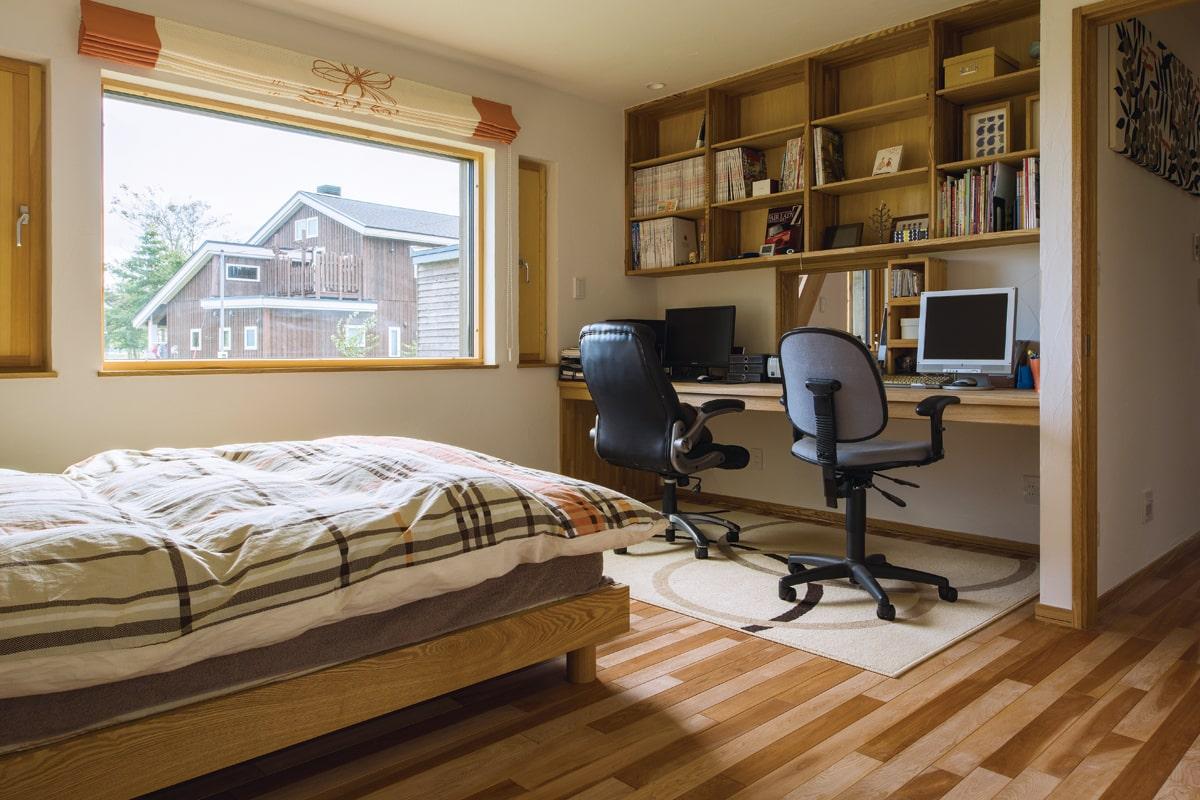 寝室に仲良く並ぶ2人のスタディスペース
