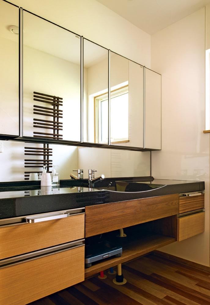 広くゆとりのある洗面台。鏡は幅1.8メートルあり、LEDライトがついている