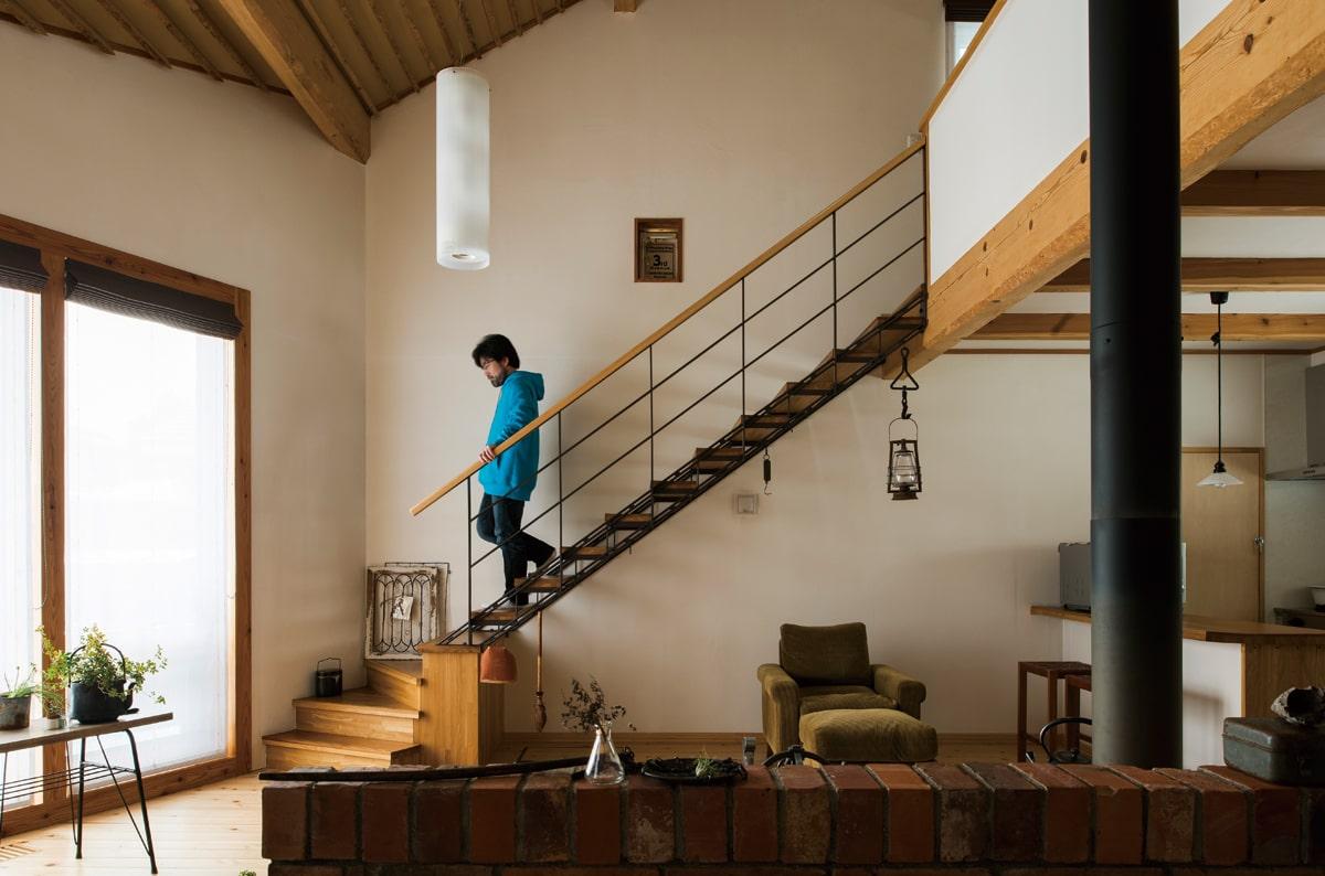 玄関を開けると、目の前に薪ストーブを据えたリビングが広がる