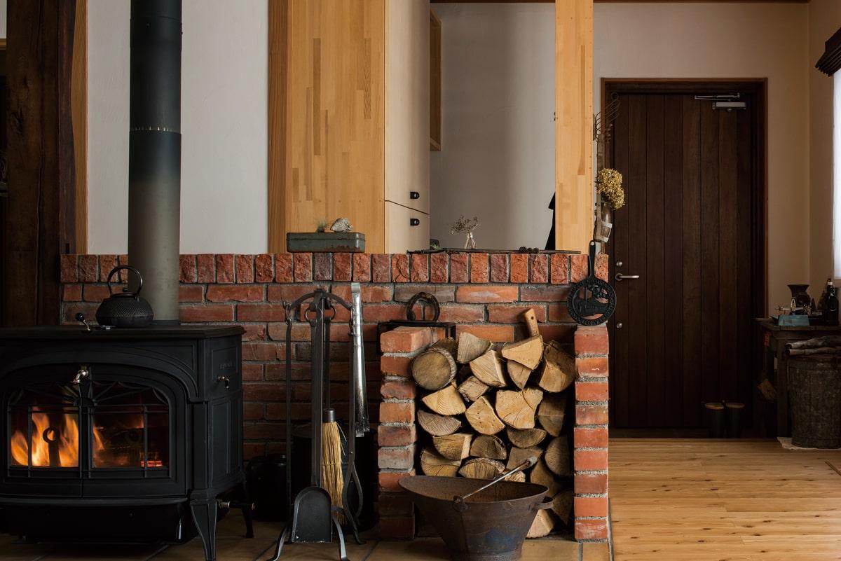 リビング中央に設置したストーブは、広い天板を利用した煮込み料理や湯沸しにも無駄なく活用