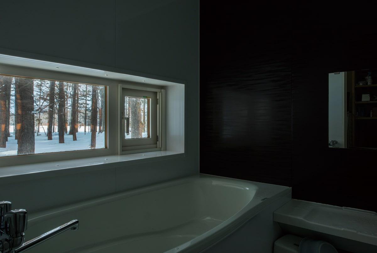 浴室には、防風林の風景を絵のように切り取った窓。空間がシンプルになるほどに、こうした意匠が際立つ