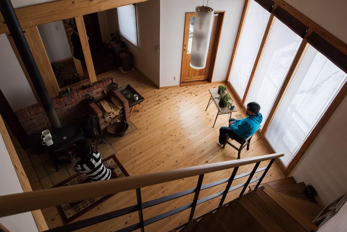 2階からリビングを見る。一日の大半を家で過ごす奥さんにとって、薪ストーブは暮らしの友。薪の扱いも手慣れたもの