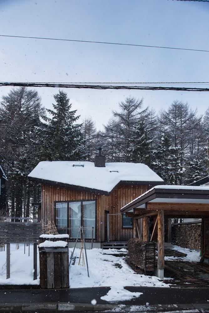家の前に設えたカーポートには、裏の林から集めた焚きつけ用の小枝が整然と積まれて