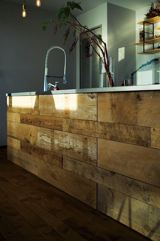アイランドキッチンの側面には、古材を張り合わせてヴィンテージ感を演出。「あえてルーズに張ってもらいました」とMさん