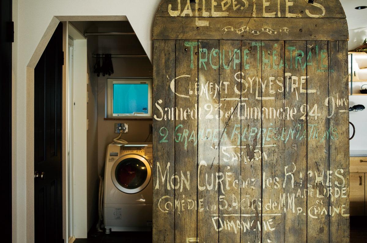 ユーティリティへアクセスする引き戸は、ロンドンのショー会場で使われていたというアンティークな一品  3.アイランドキッチンの側面には、古材を張り合わせてヴィンテージ感を演出。「あえてルーズに張ってもらいました」とMさん