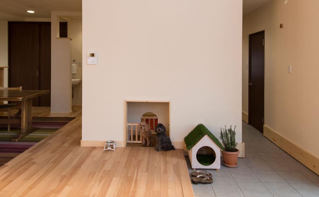リビングの土間の一角に愛犬のくつろぎスペースを確保。壁の一部を開けて、玄関側の廊下への通路もつくっている