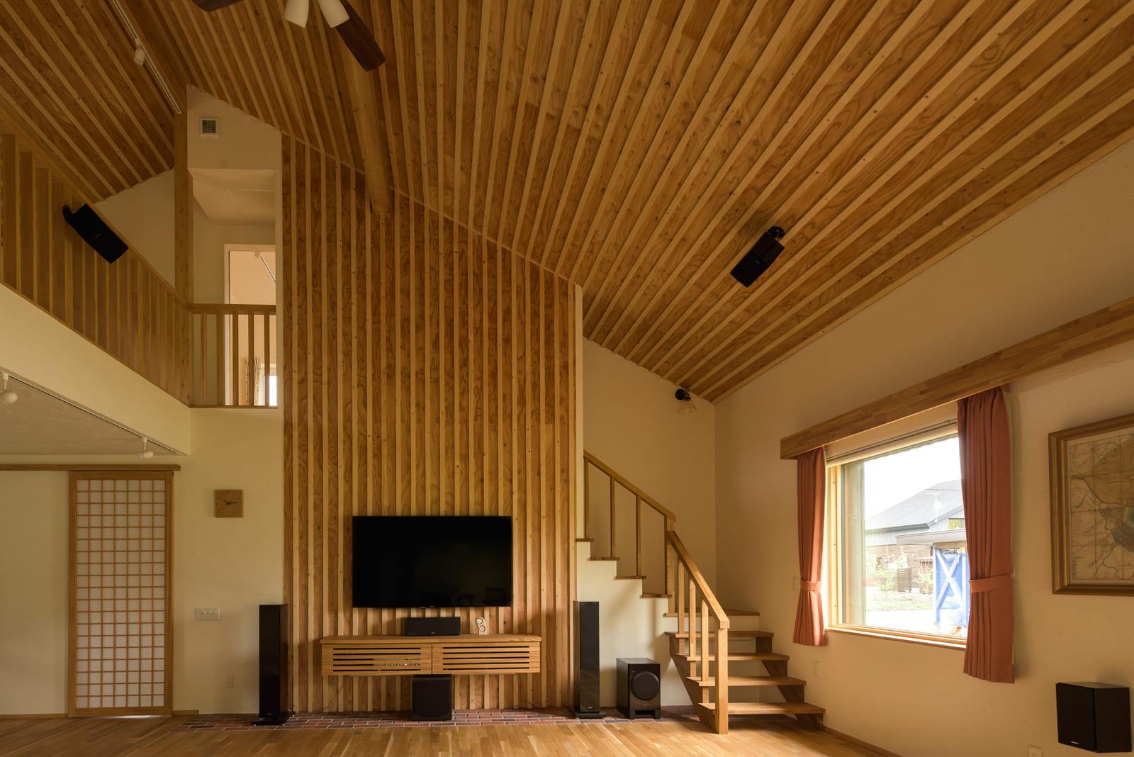 音の響きを考え、天井と壁の一部はリブ形状仕上げに。正面のステージは、ゴムマットの上に硬いレンガを敷き詰めた2層構造。硬いレンガはスピーカーの動きをスムーズにし、ゴムマットは余計な共鳴を抑える効果があるとのこと