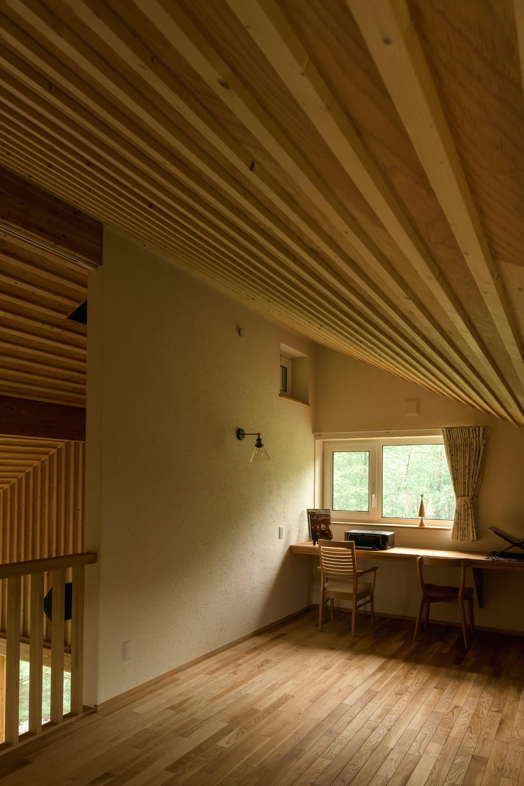 書斎を設けた2階のロフト風フリースペース。「2階で聴く音楽もなかなか良いですよ。天井の傾斜が音を反射するので、柔らかい音になるんです」とBさん