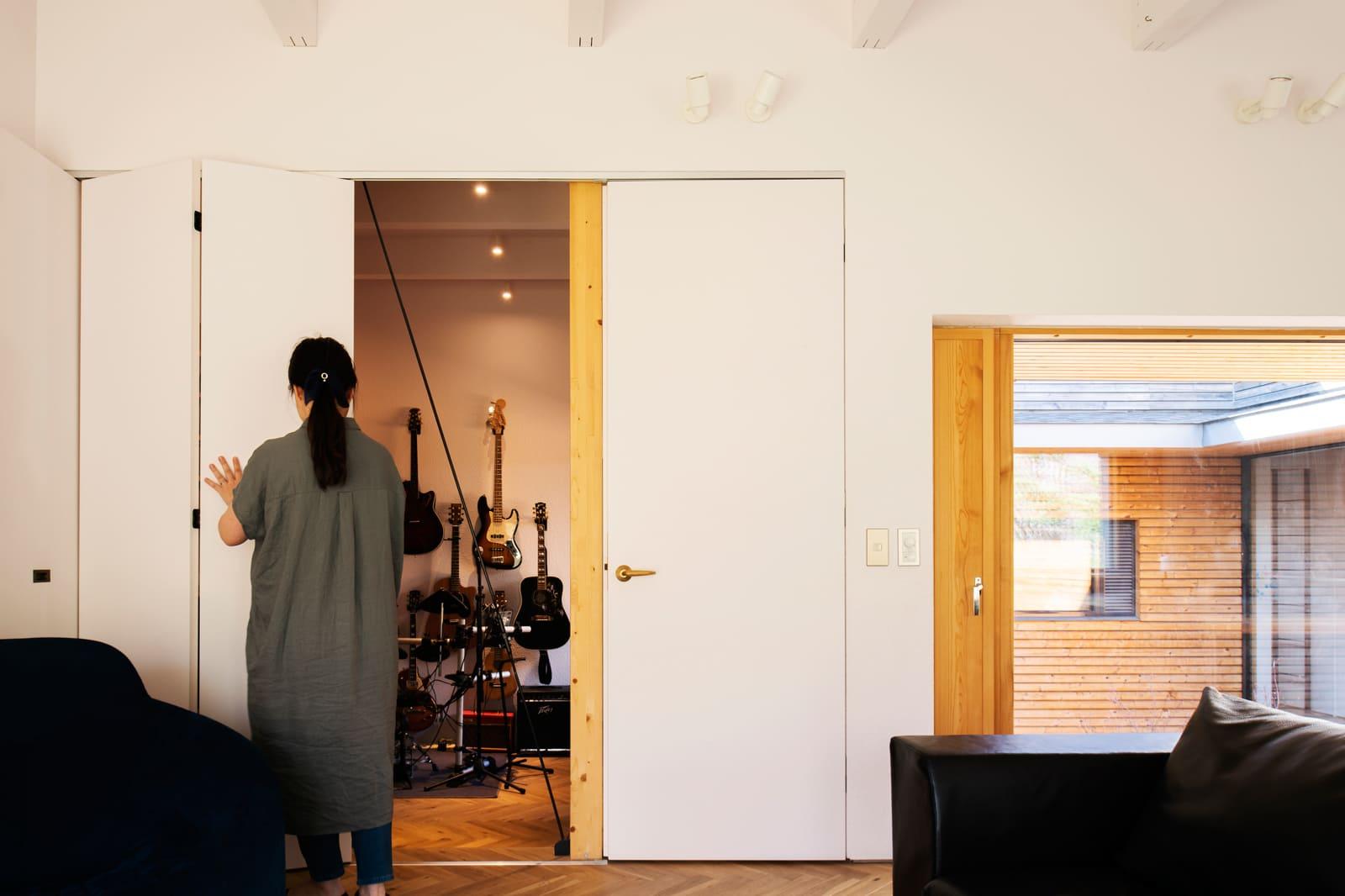 リビングに隣接した音楽室は、収納式建具で自由に仕切ることができる