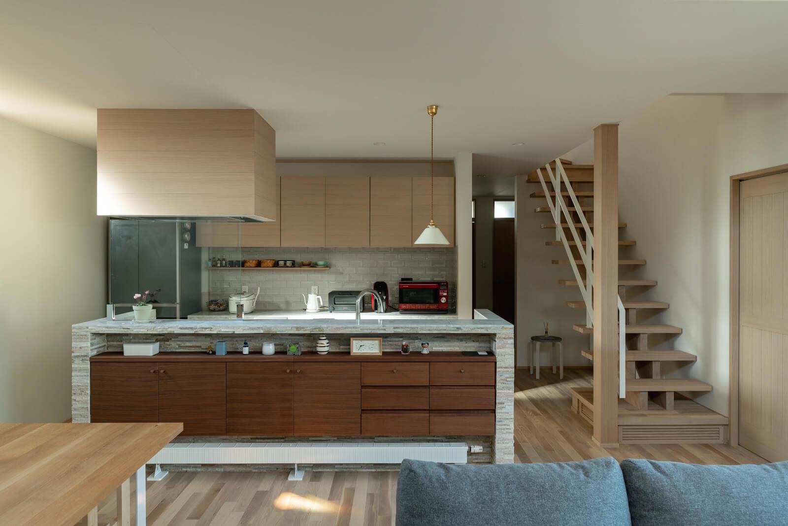 ウォールナット、タモ、石材やタイルなど、素材感が心地よいキッチン