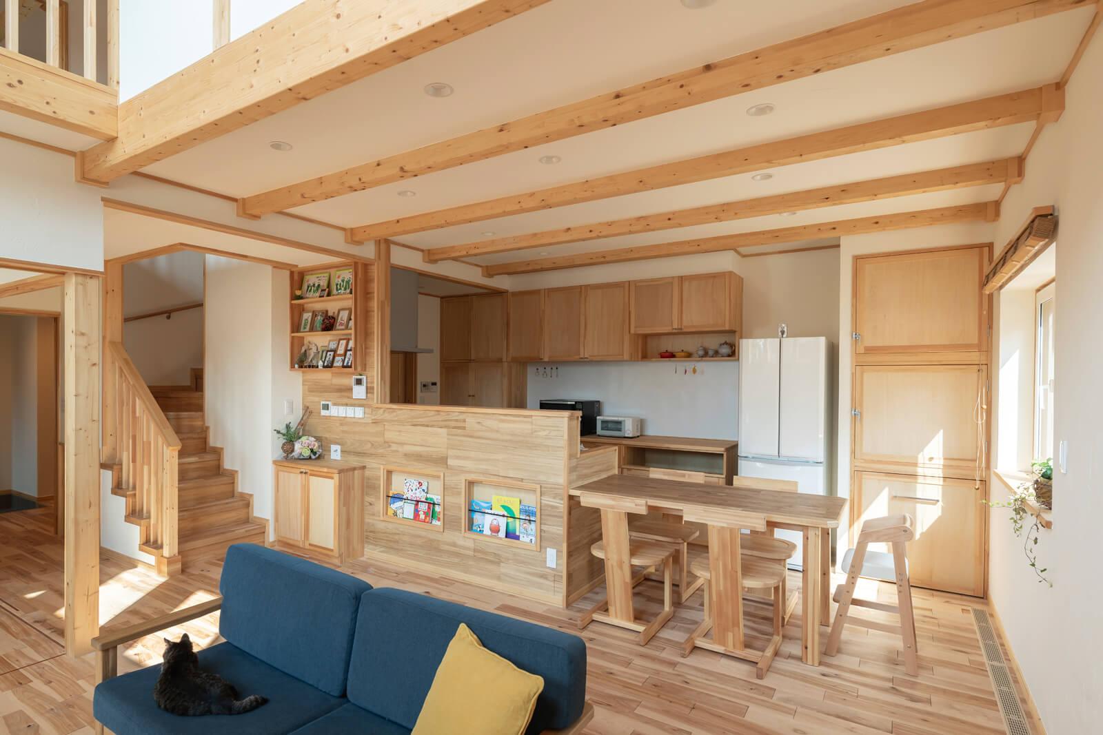 キッチンの背面収納、ダイニングテーブルに椅子までもがシンハマホームで造作したもので、統一感がある。冷蔵庫の隣は大容量のパントリー(上2つ)とゴミ箱(下)収納。奥さんのお気に入り