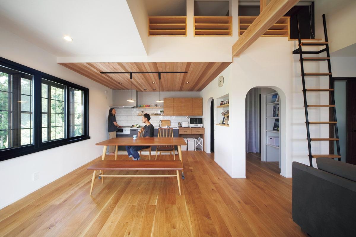 落ち着いた風合いの国産ナラの幅広フローリングは、伸縮の少ない三層タイプを採用。出窓は交換せずに内窓を取り付けて二重窓にした〈Before/A〉
