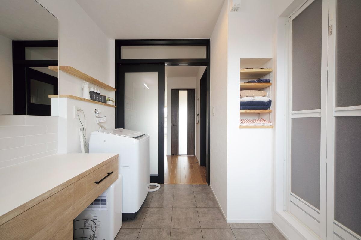 ニッチや造作棚を効果的に配したサニタリールーム。1階に広く立派な24時間風呂があるため、2階にはユニットシャワーのみを取り付けた〈Before/C〉