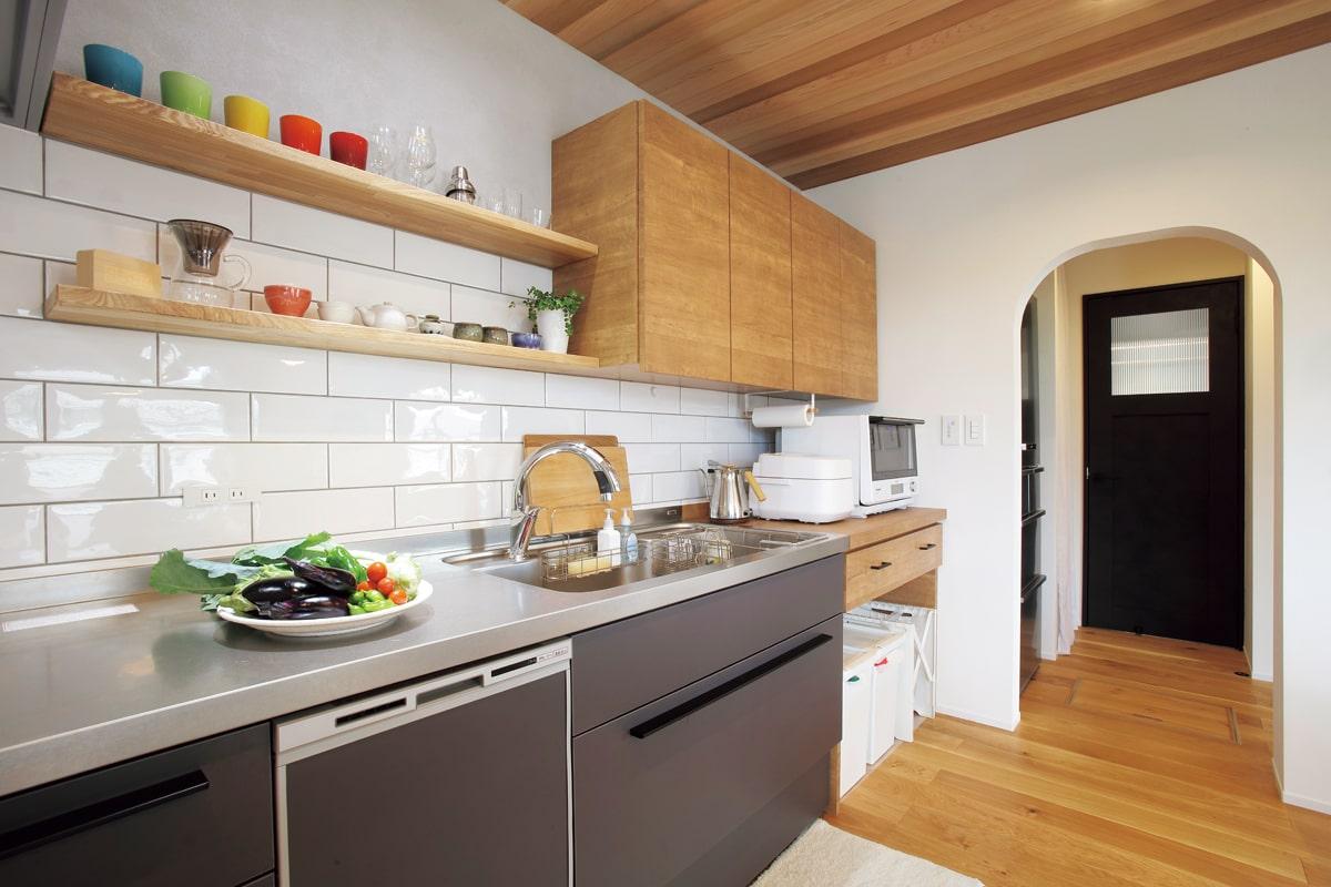 くつろぐスペースを広くしたいと壁付けキッチンを選択。壁付けの造作棚で見た目はすっきり、収納力も申し分なし