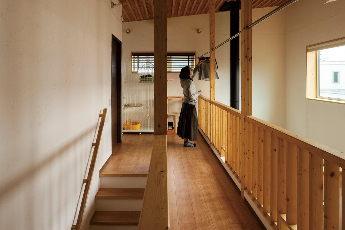 2階ホールには物干し用のポールも。階下からの暖かな空気で洗濯物があっという間に乾く
