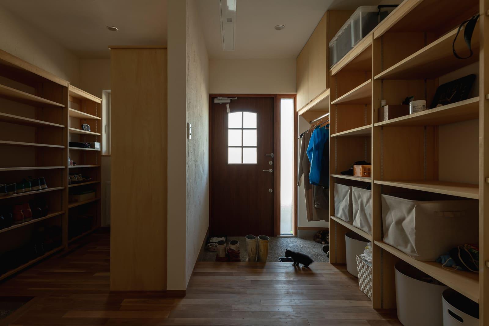 大型のシューズクロークを備えた裏玄関。バックヤードの充実が作業の効率化につながる
