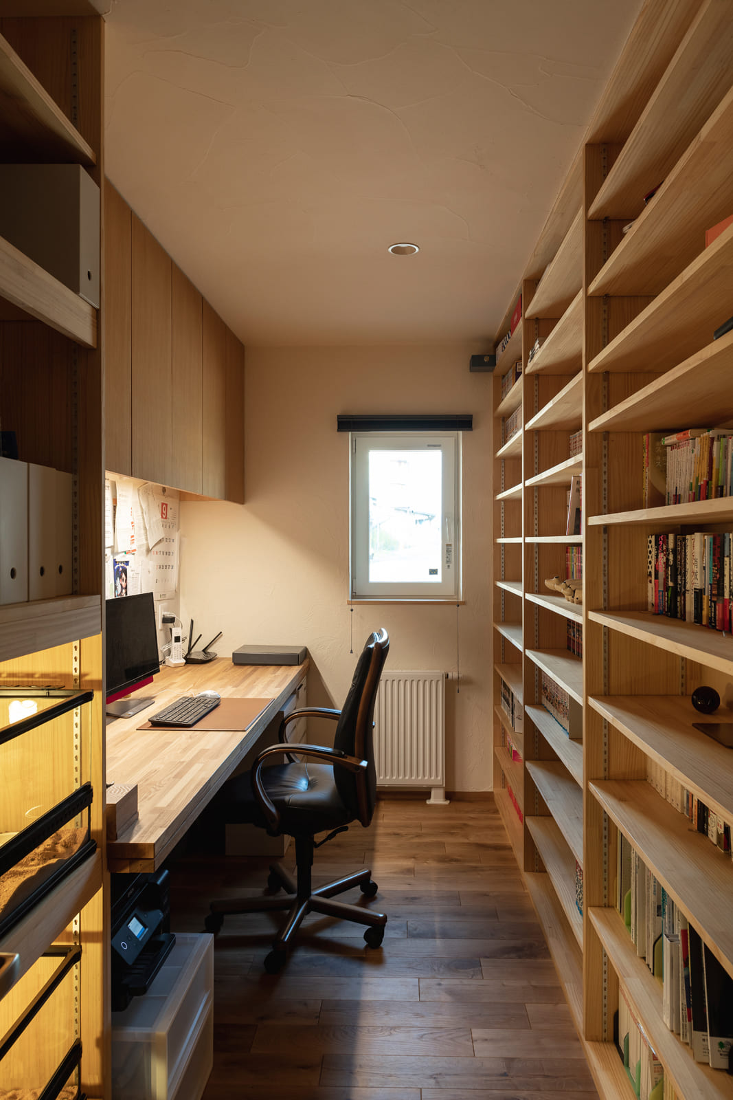事務スペースには、造作のカウンター机と壁一面の本棚