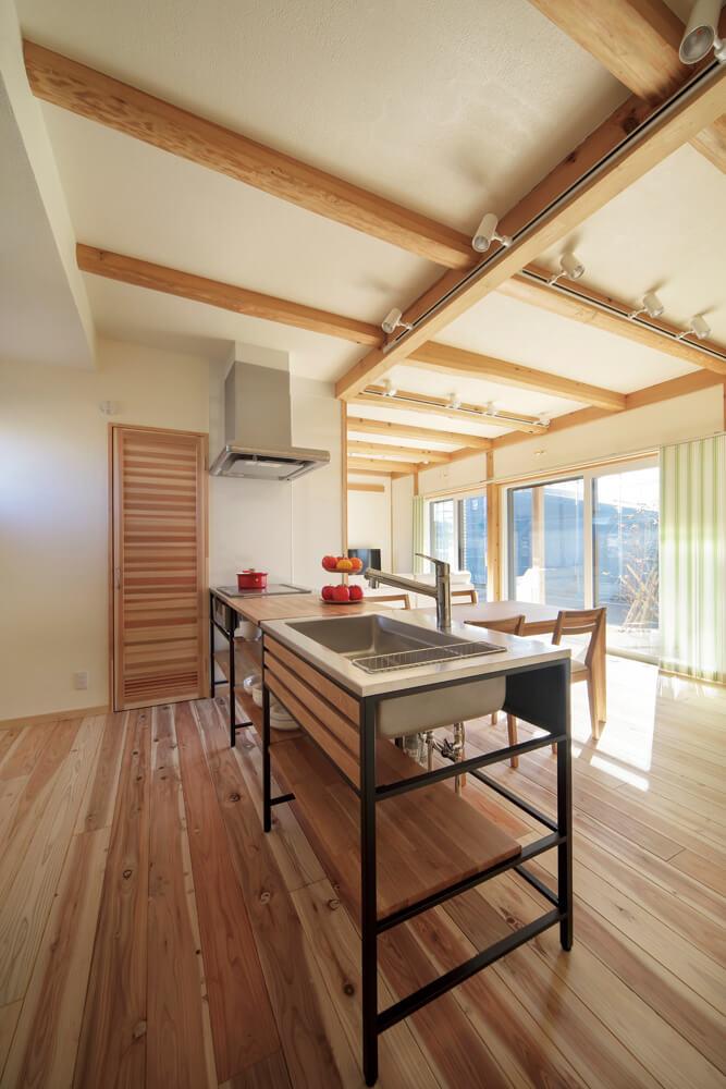 黒い鉄のフレームと無垢材の天板を組み合わせたモダンなキッチンが室内のアクセントに。ワイドシンクが使いやすい