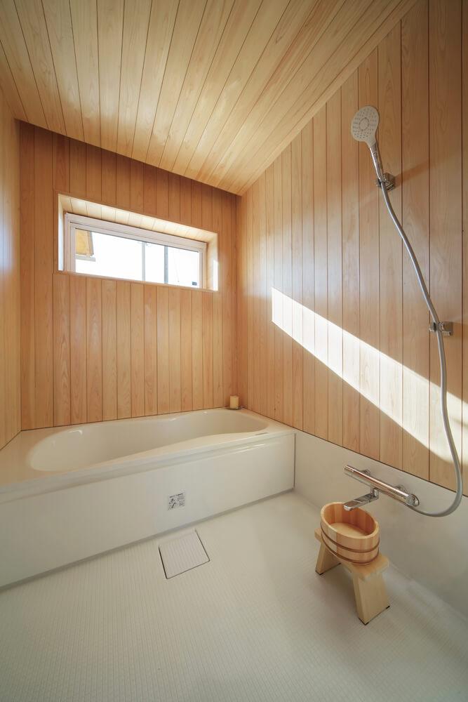 天井、壁にヒノキを使用した浴室。木の香りに包まれたバスタイムは心身ともにリラックスできる