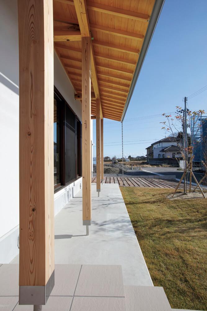 庇屋根の下や梁、柱まで無垢材を使い丁寧に頑丈につくられている