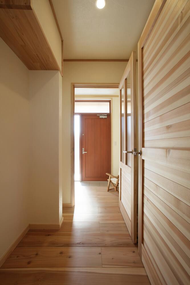 玄関前に設けたウォークスルータイプの納戸。収納の中まで無垢材を使用